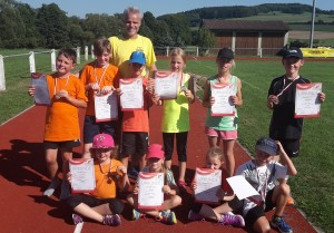 Kinder mit Urkunden und Trainer Michael Hölscher